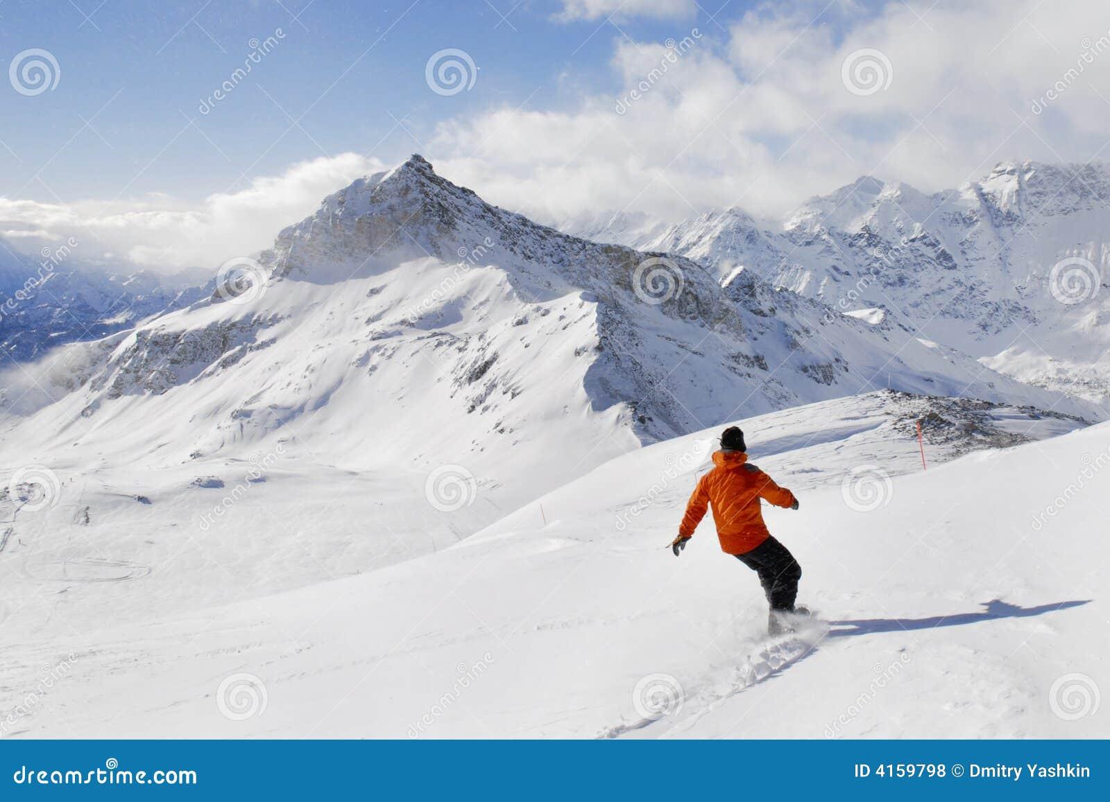 Snowboarder auf einem Gebirgshintergrund