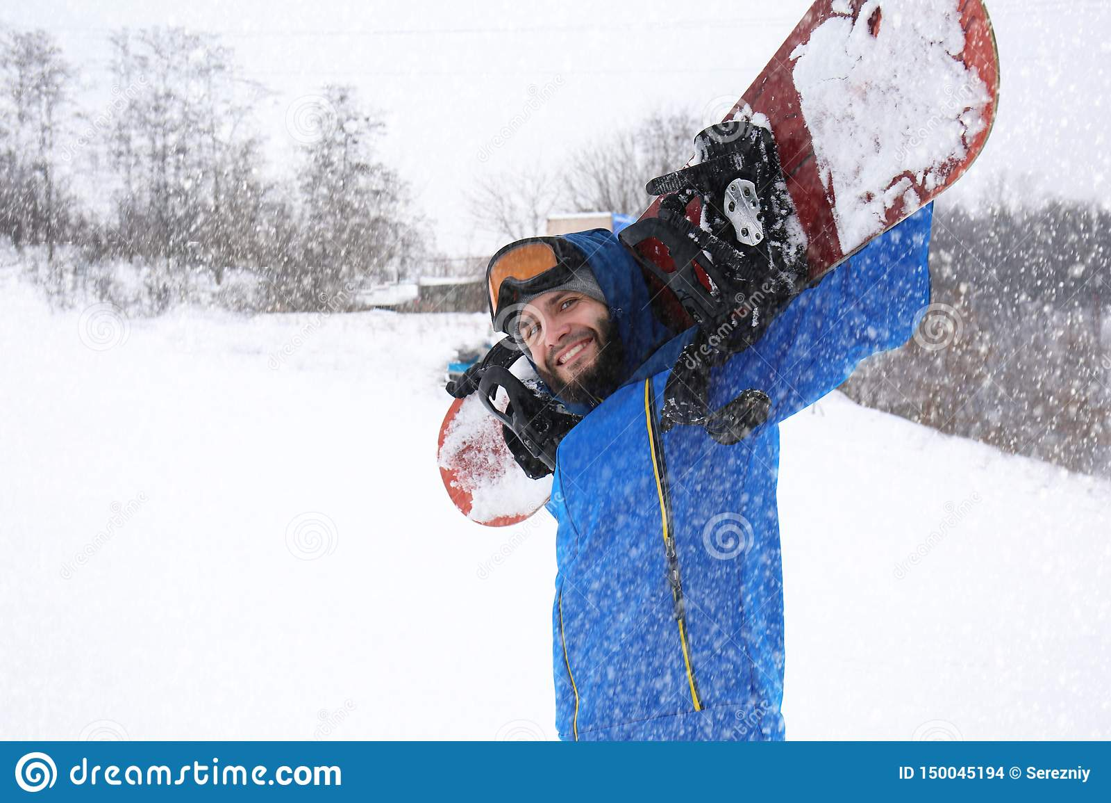 Snowboarder masculino na inclinação no recurso do inverno