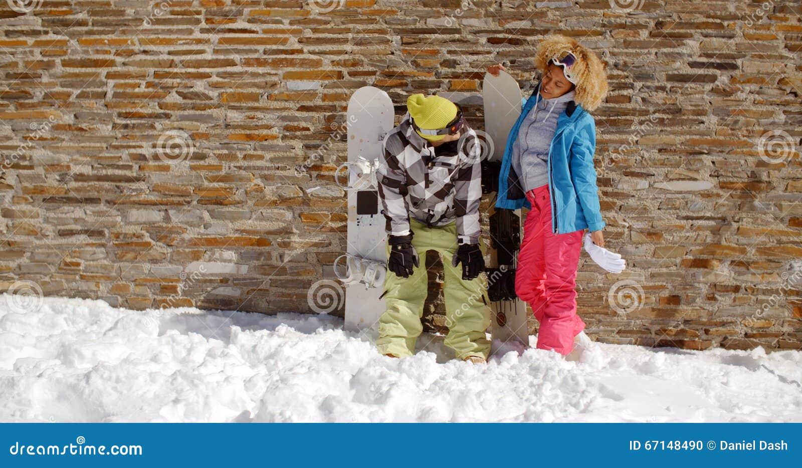 Snowboarder Mit Glücklichem Freund Vor Wand Stockfoto - Bild von ...