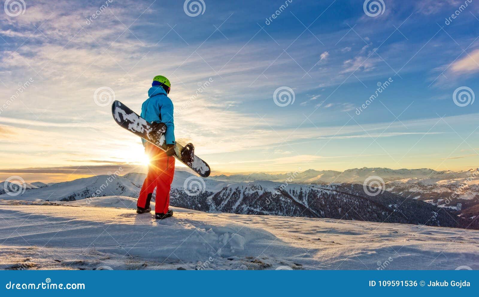 Snowboarder op de bovenkant van berg, Alpien landschap
