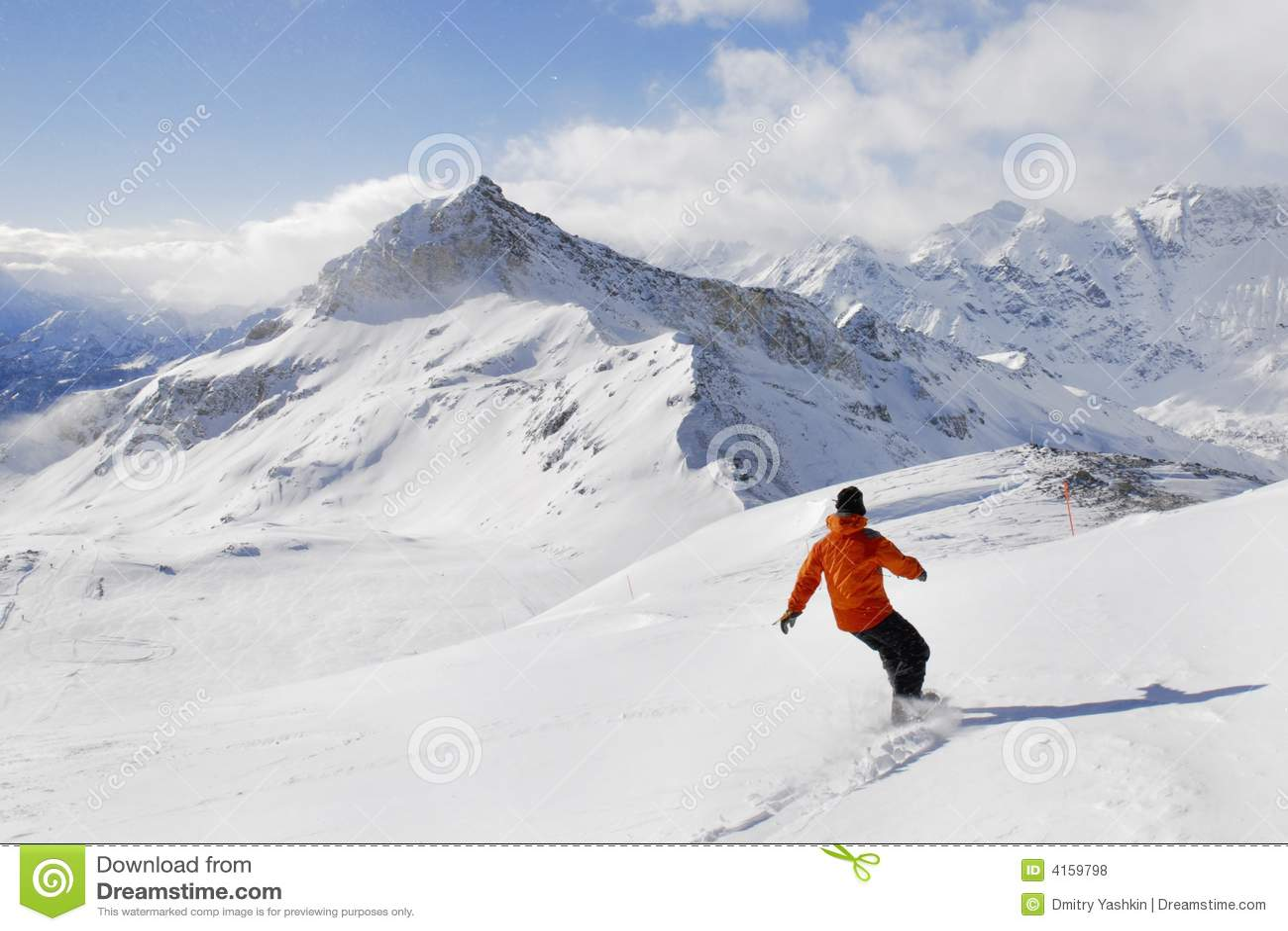 Snowboarder op een bergachtergrond