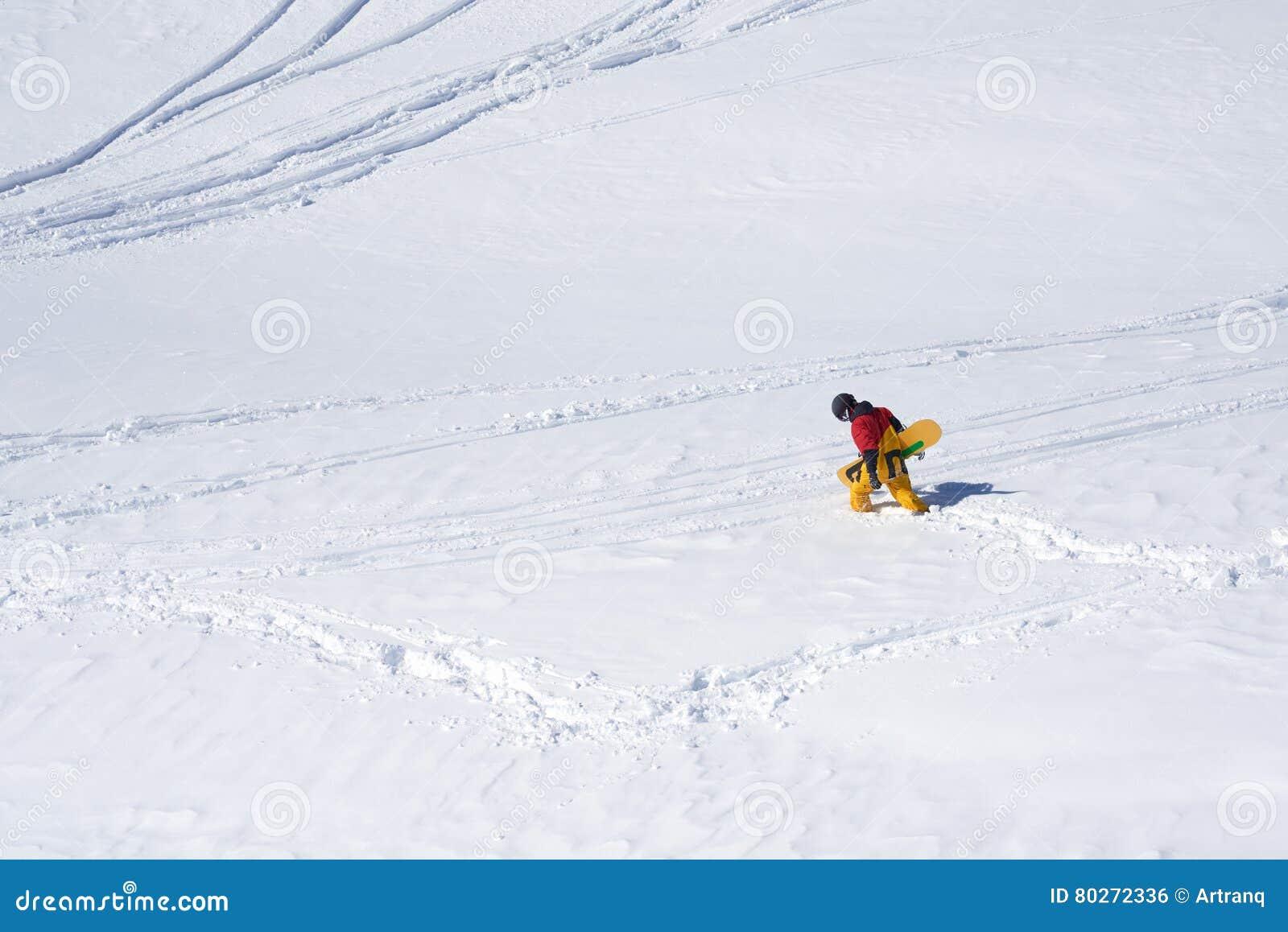 Snowboarder zatrzymująca opłata równiny i głęboki śnieg