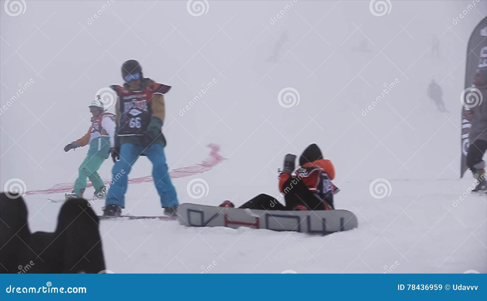 Snowboardersritt på lutning på hastighet fullföljande semesterorten skidar challenge strid arkivfilmer
