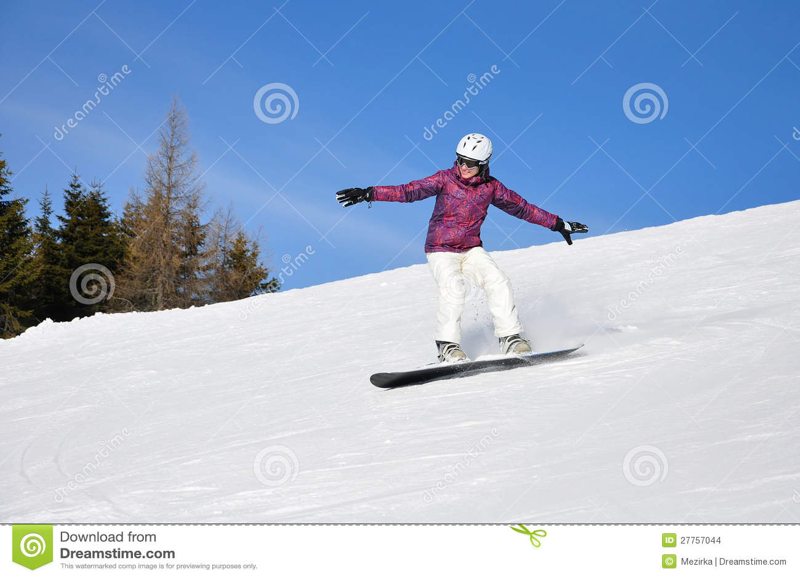 Snowboarding de jeune femme