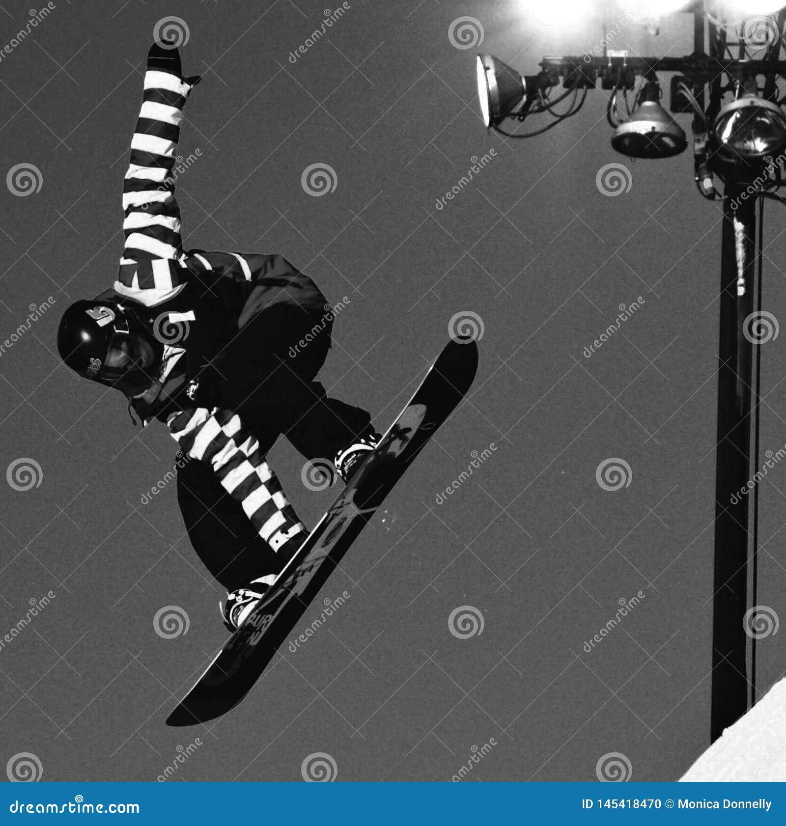 Snowboarding on a halfpipe