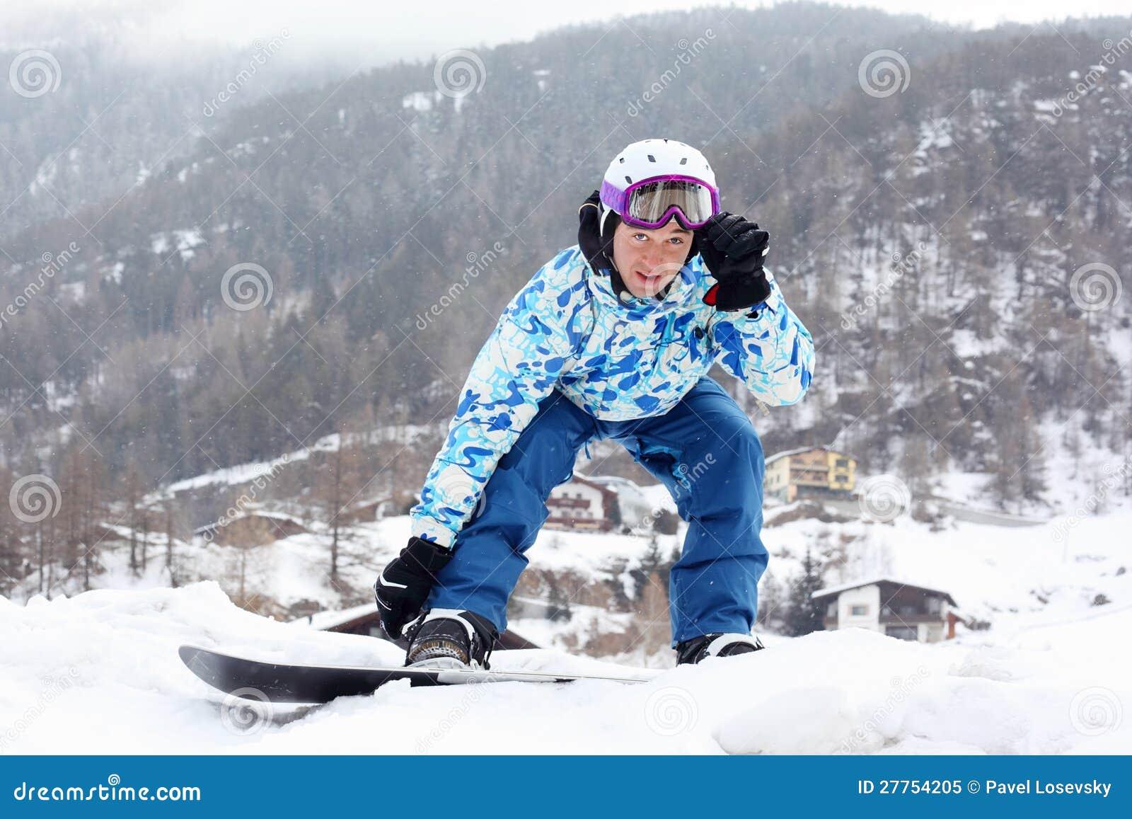 Snowborder dans le procès de sport regarde l appareil-photo