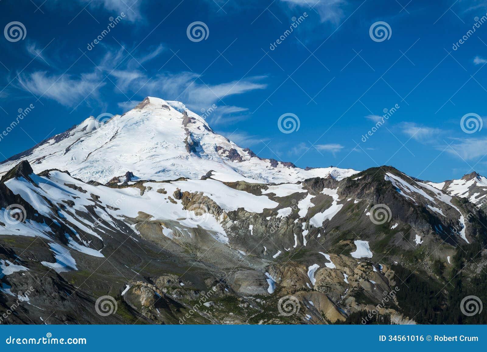 Snowcapped Imágenes De Stock Snowcapped Fotos De Stock: Snowcapped Mount Baker Under High Cirrus Clouds Royalty