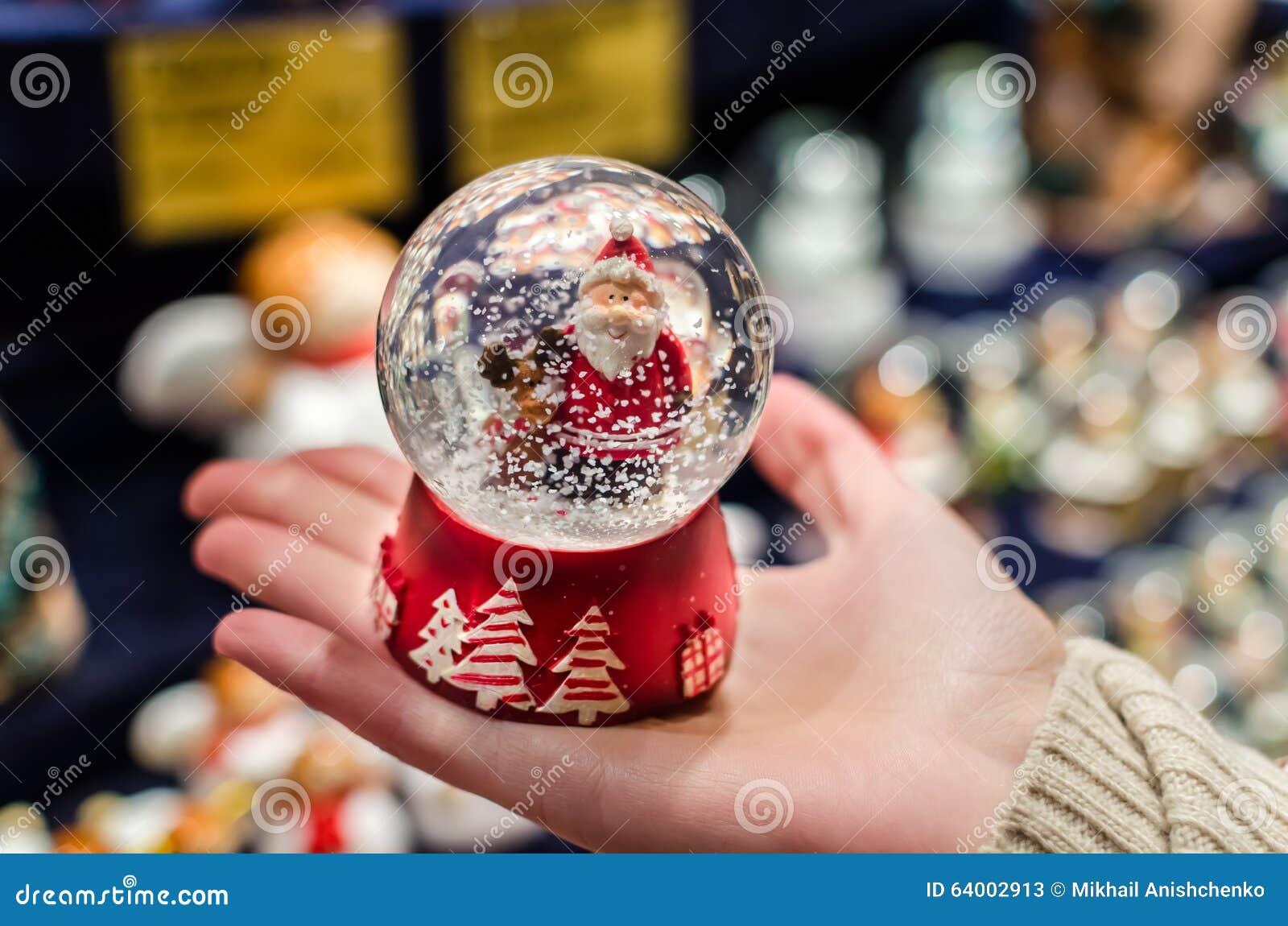 Snowdome dos hristmas do ¡ de Ð com Santa Claus dentro dele na palma