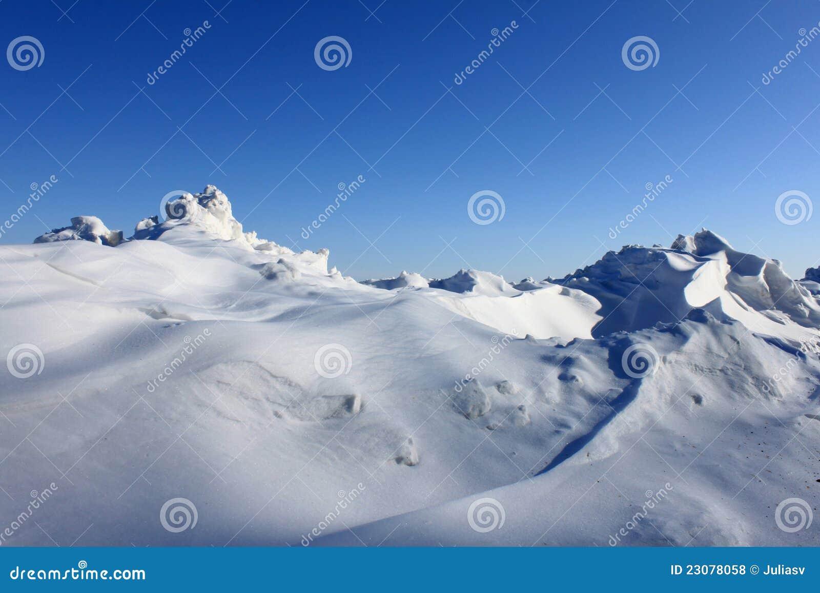 Snowdrift bonito de encontro ao céu azul