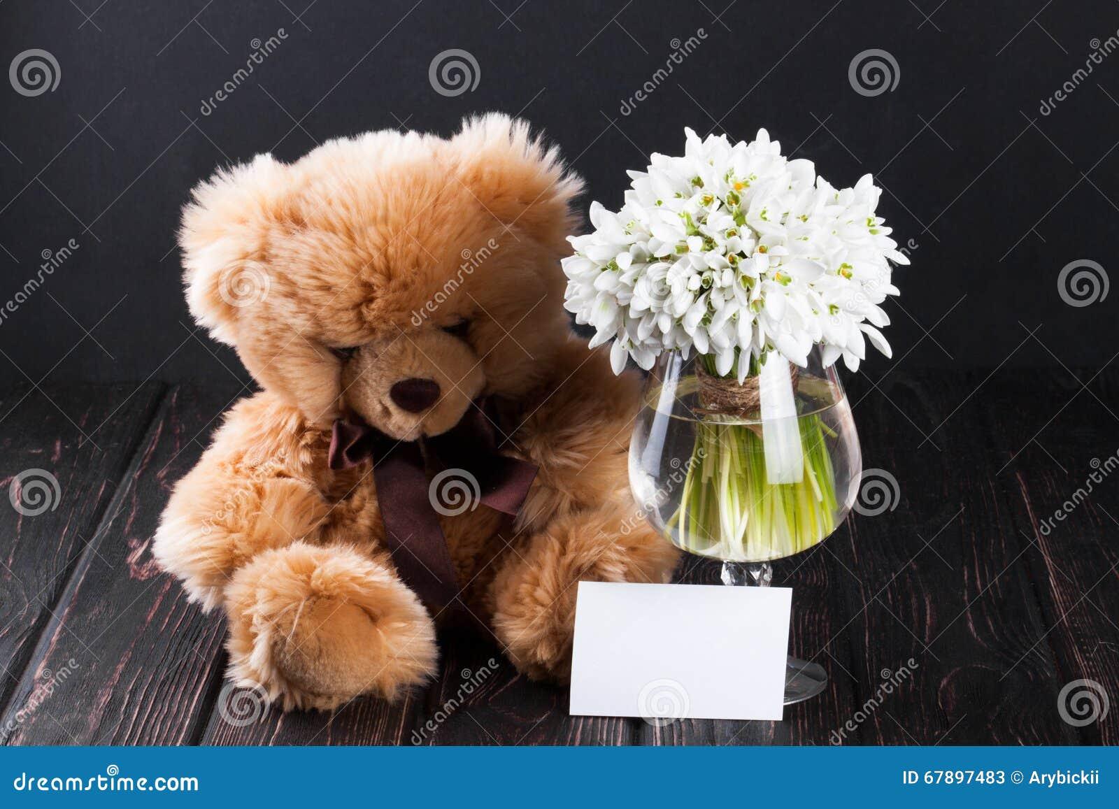 Snowdrops花束在花瓶的在木板