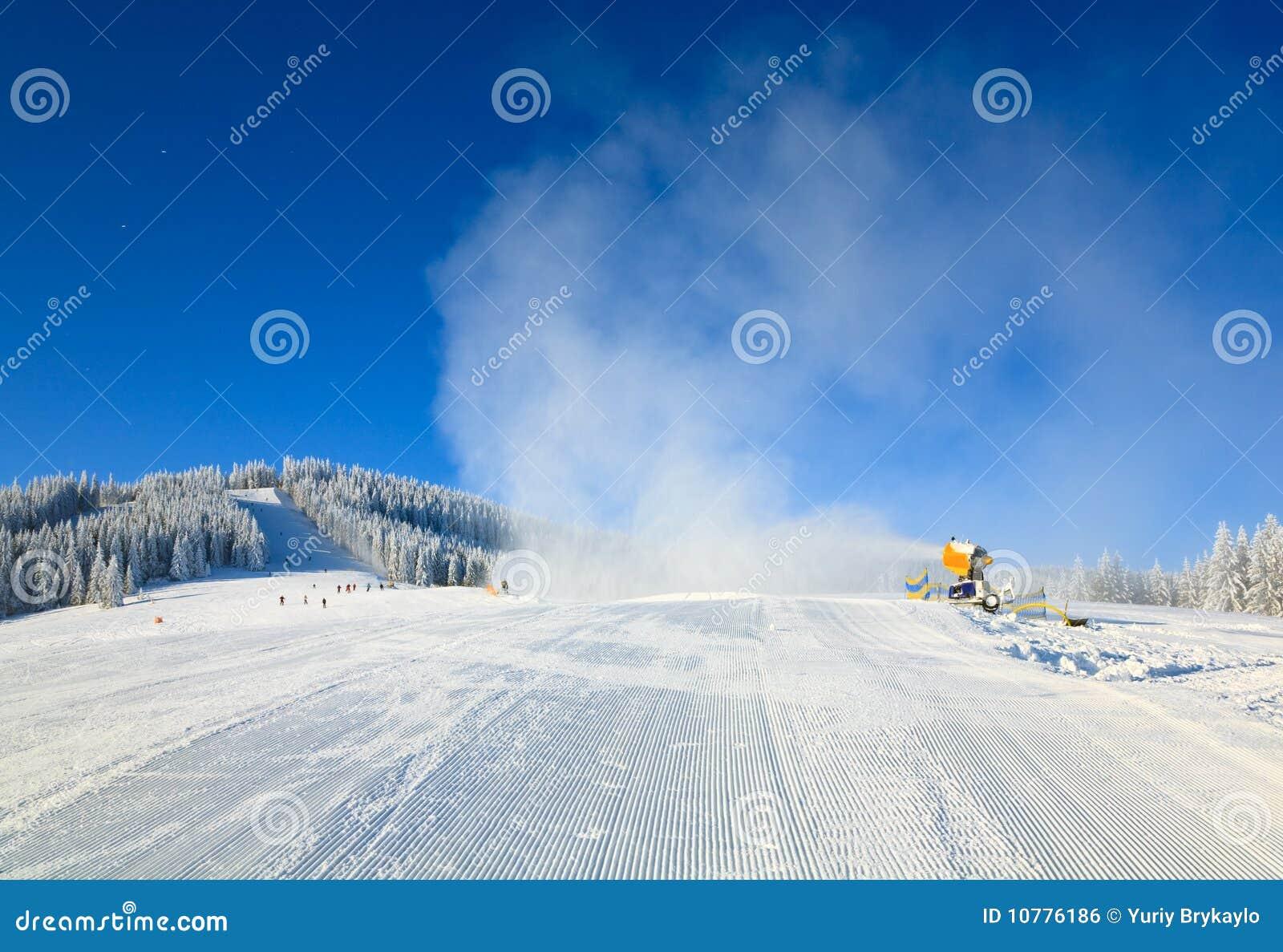 Snowmaking op een toevlucht van de bergski