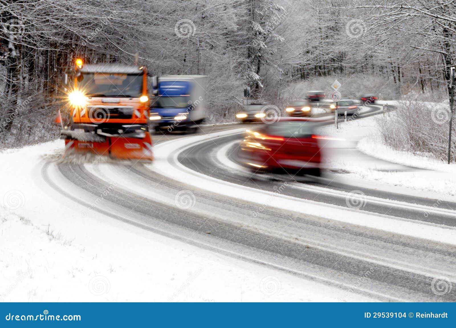 Snowplow que trabalha na estrada do inverno