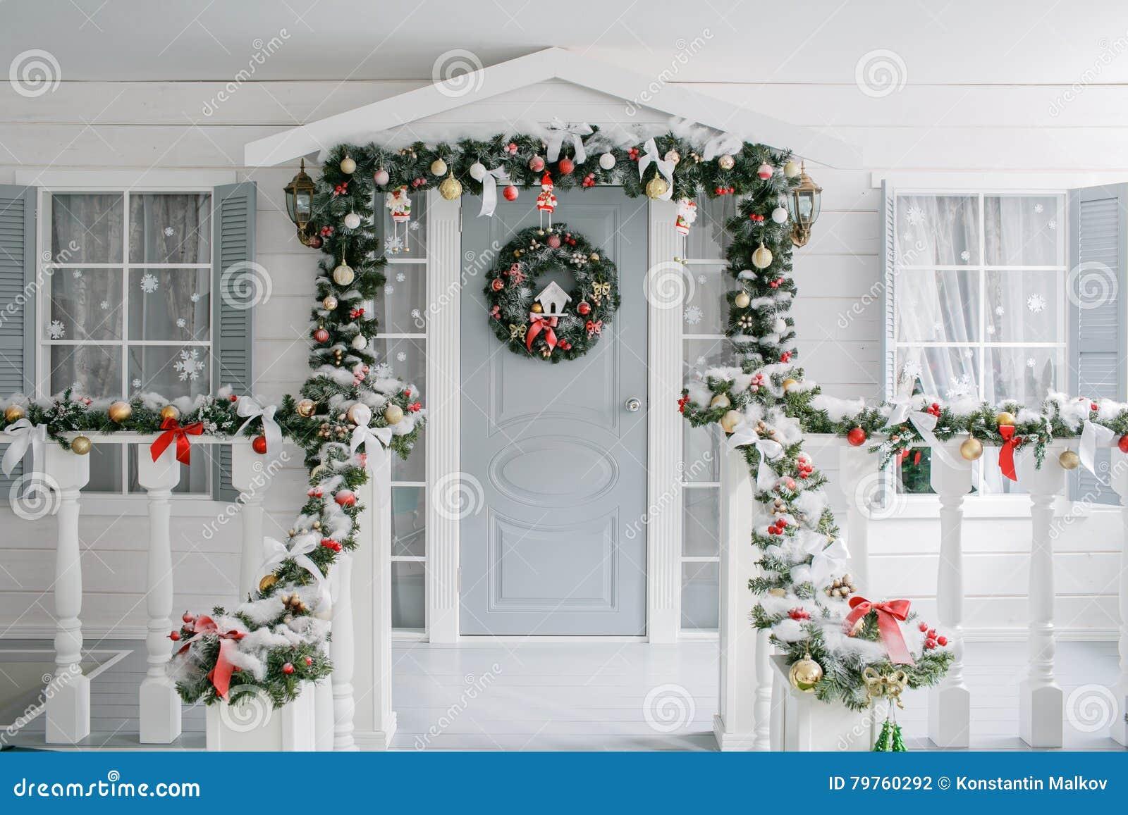 Snowy-Winterwald und knorrige breite Spuren klassische Luxuswohnungen mit einem weißen Kamin, verzierter Baum, helles Sofa, große