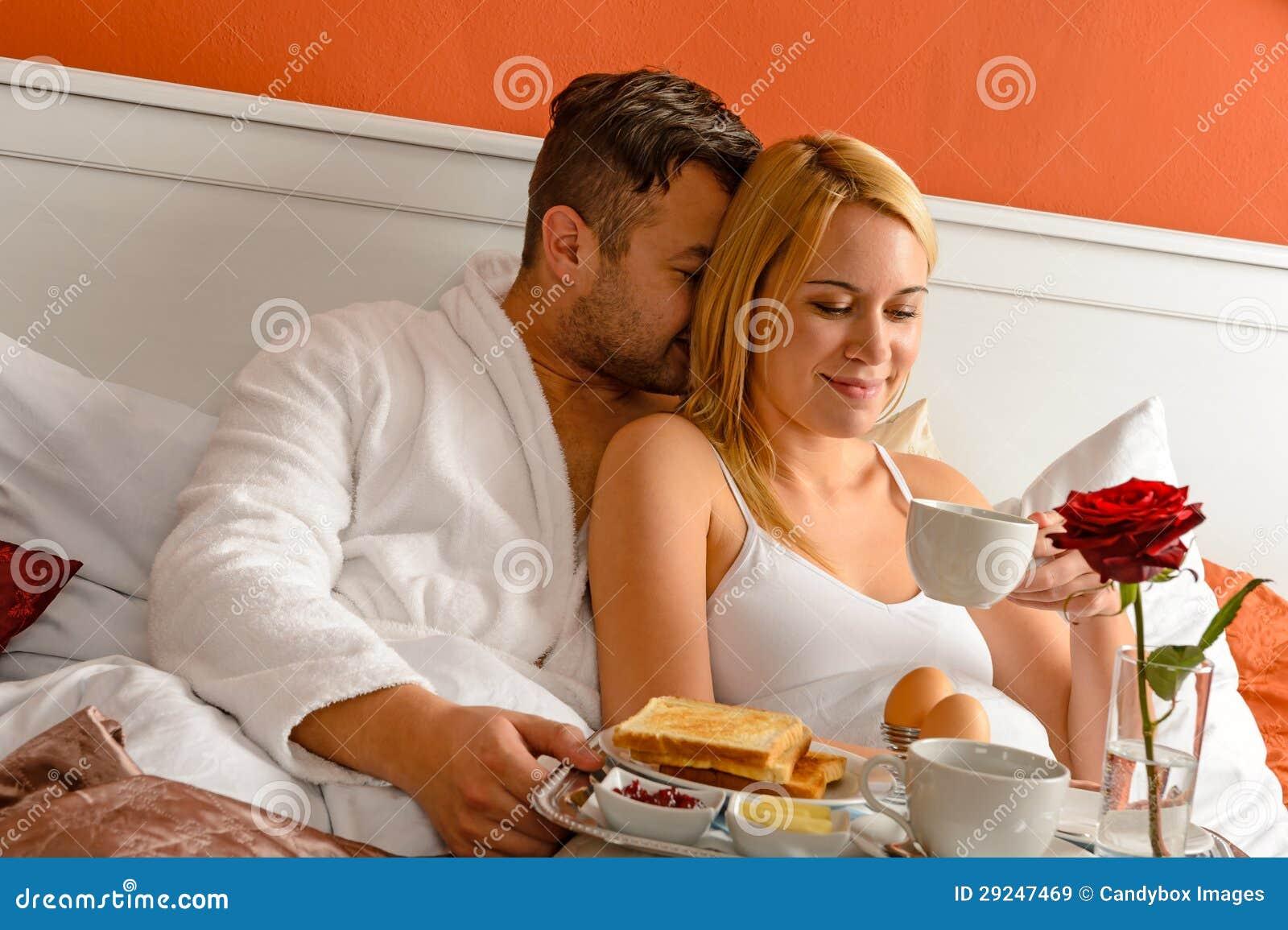 Snuggling Para Ranku Romantycznego łóżka Pije Kawa Obraz