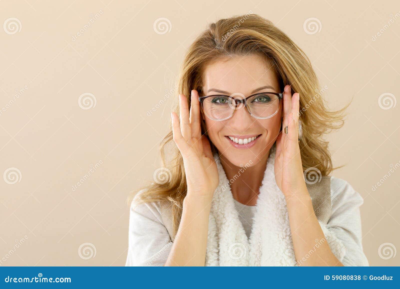 Attrative moderiktig mogen kvinna med glasögon som isoleras 6735d7155d03e
