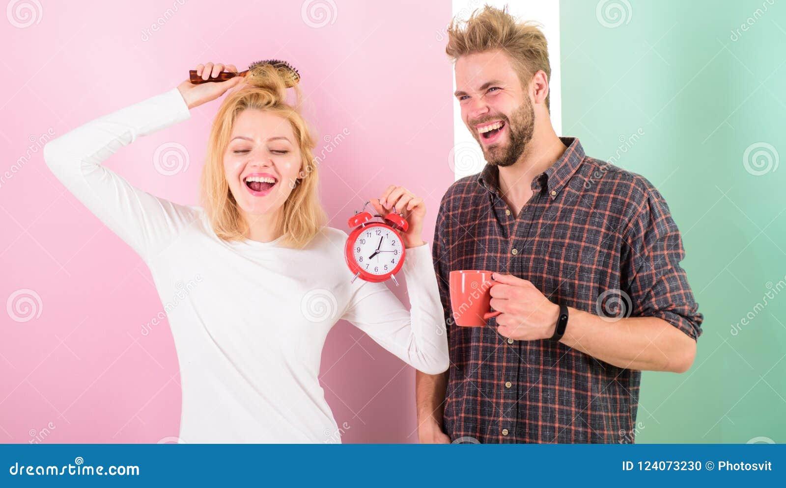 Soñoliento pero feliz Forma de vida sana viva del régimen de la familia Comience el café rutinario agradable de la bebida del día