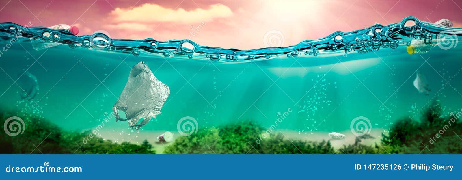 Sob a cena da água com sacos de plástico e garrafas