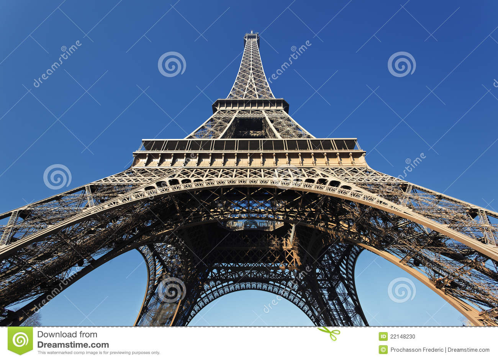 Sob a torre Eiffel