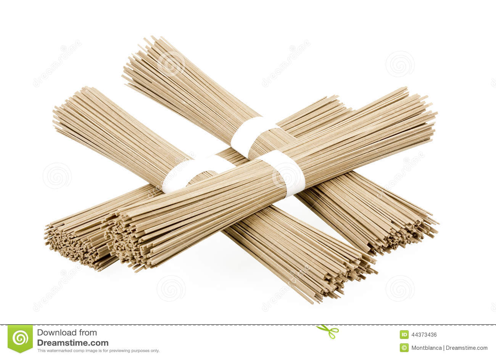 Soba delle tagliatelle del grano saraceno su fondo bianco