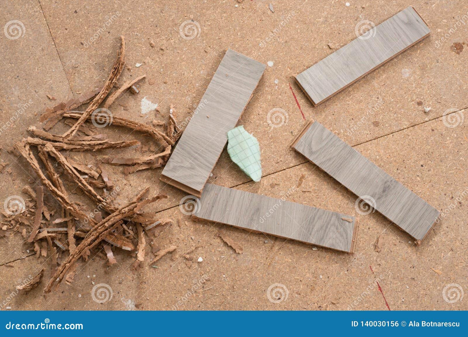 Sobras das fatias estratificadas após o corte para o instalation do assoalho de madeira novo em casa