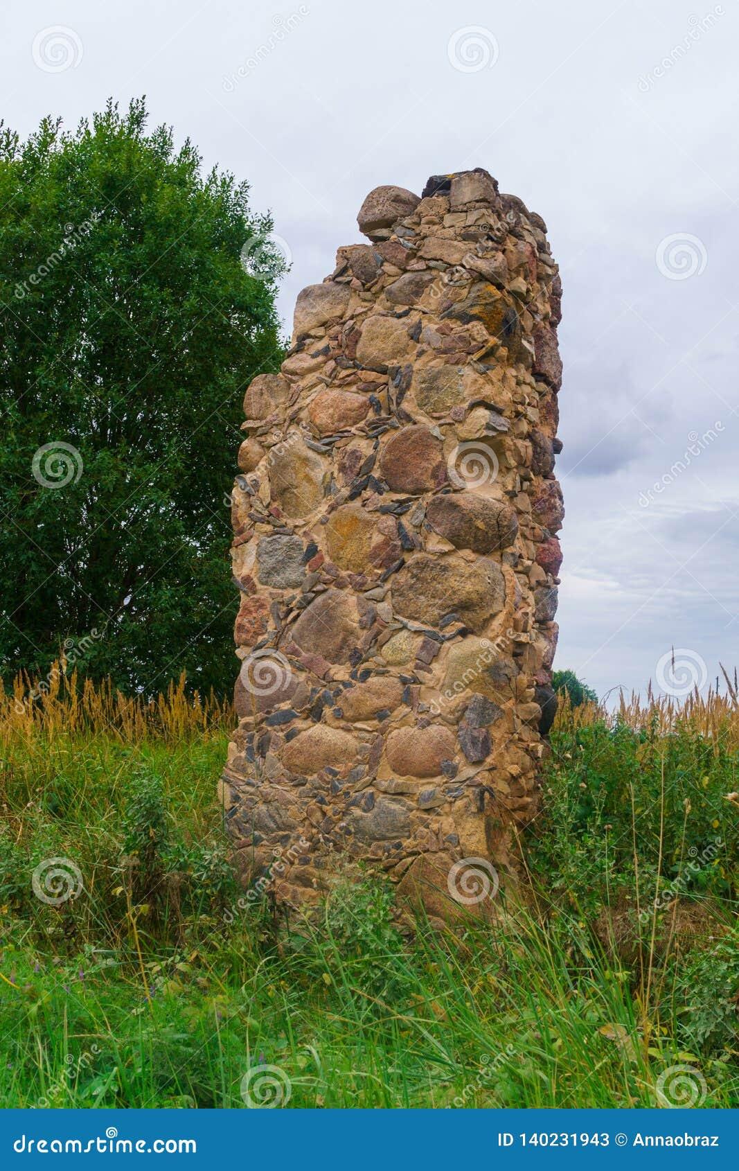 Sobras de uma casa arruinada de pedra velha da vila