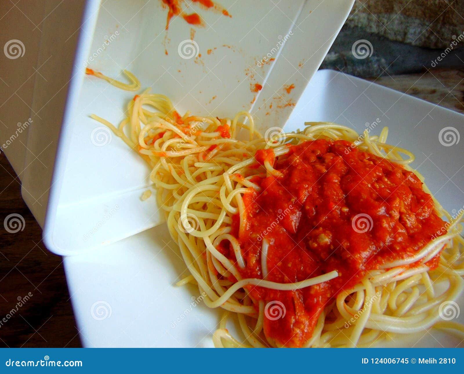 Sobras dos espaguetes de um recipiente plástico