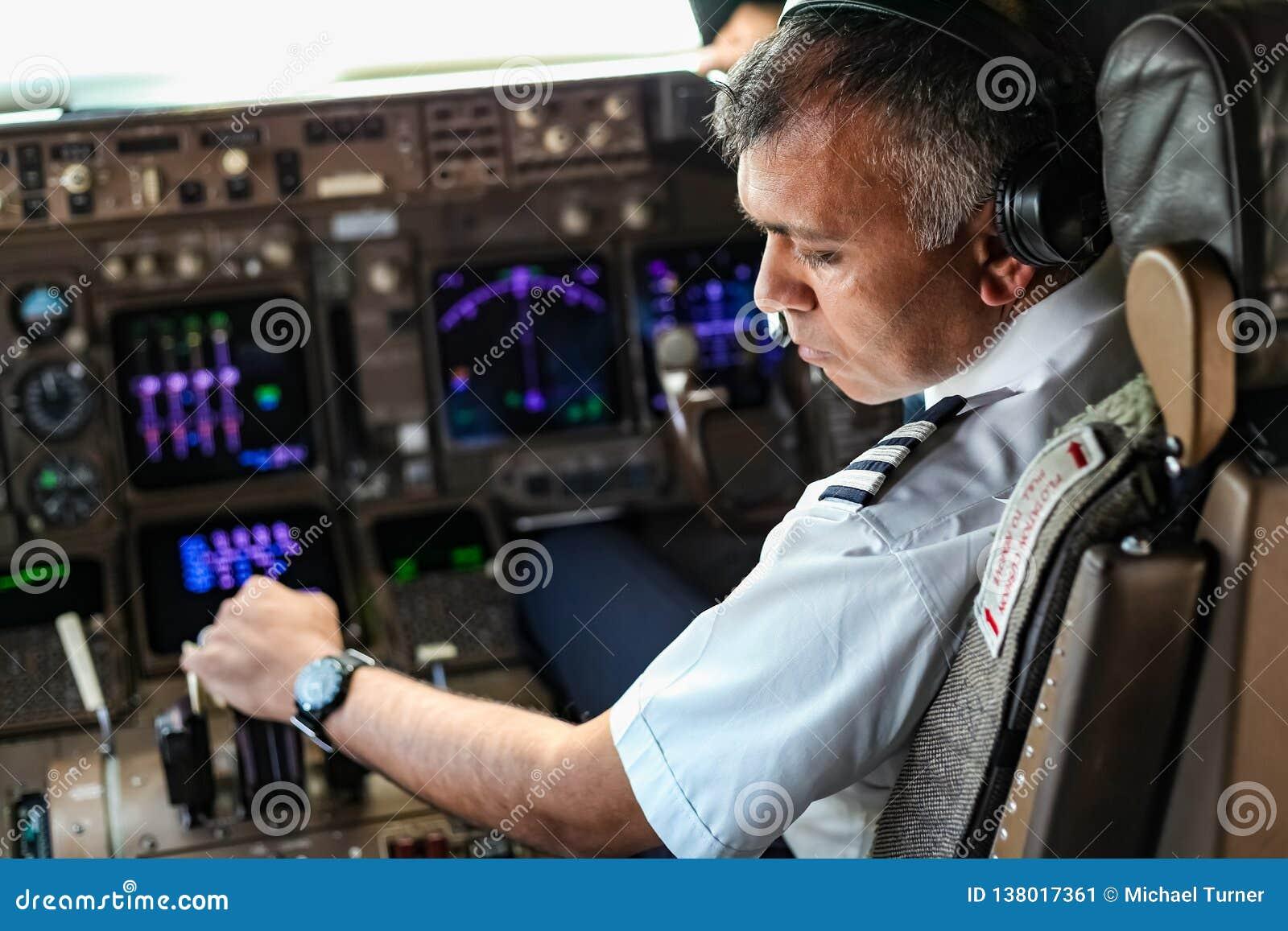 Sobre o ombro de um piloto indiano em uma cabina do piloto enorme