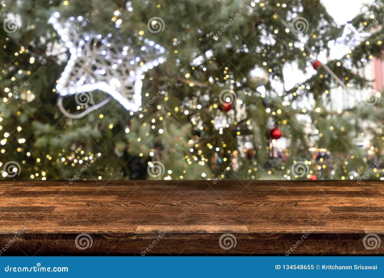 Sobremesa con el fondo abstracto borroso del mercado de la Navidad