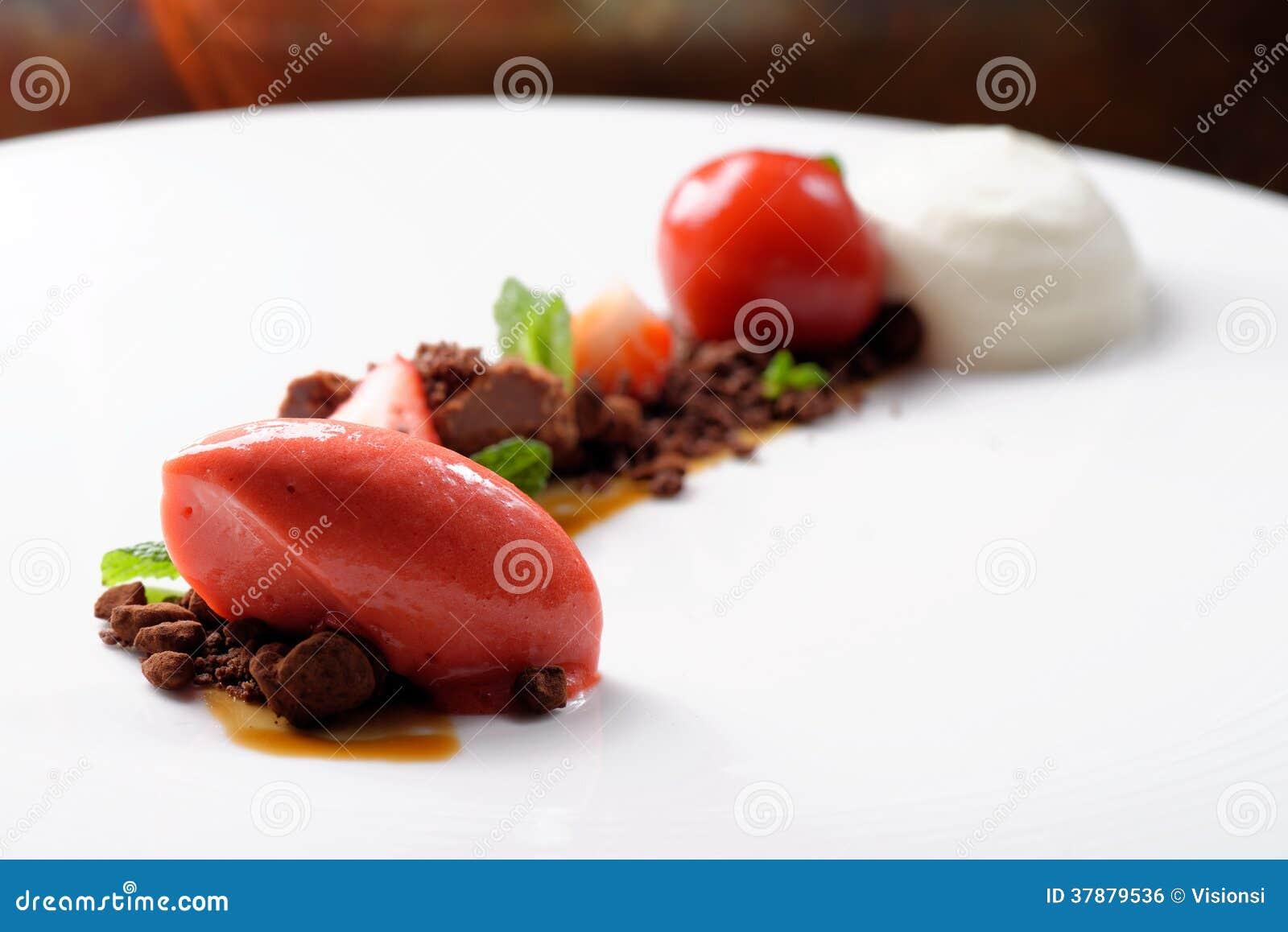 Sobremesa de jantar fina, gelado de morango, musse de chocolate