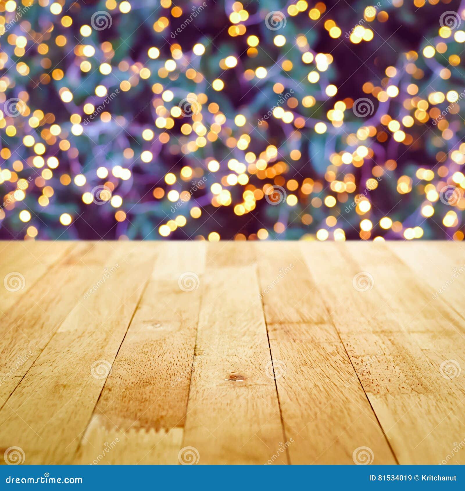 Sobremesa de madera con el bokeh de la luz decorativa en tre de la Navidad