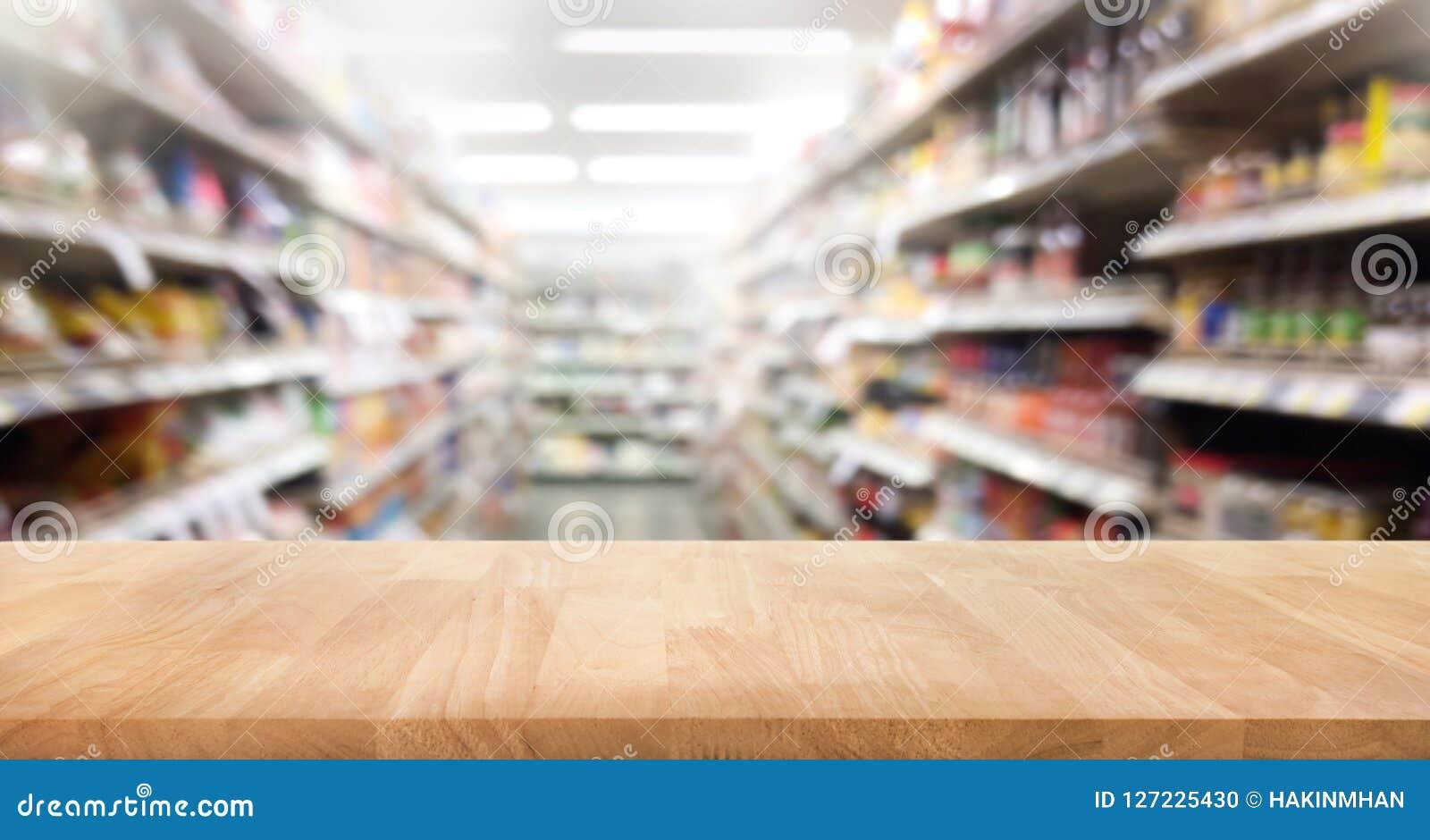 Sobremesa de madera en la falta de definición del fondo del estante del producto del supermercado