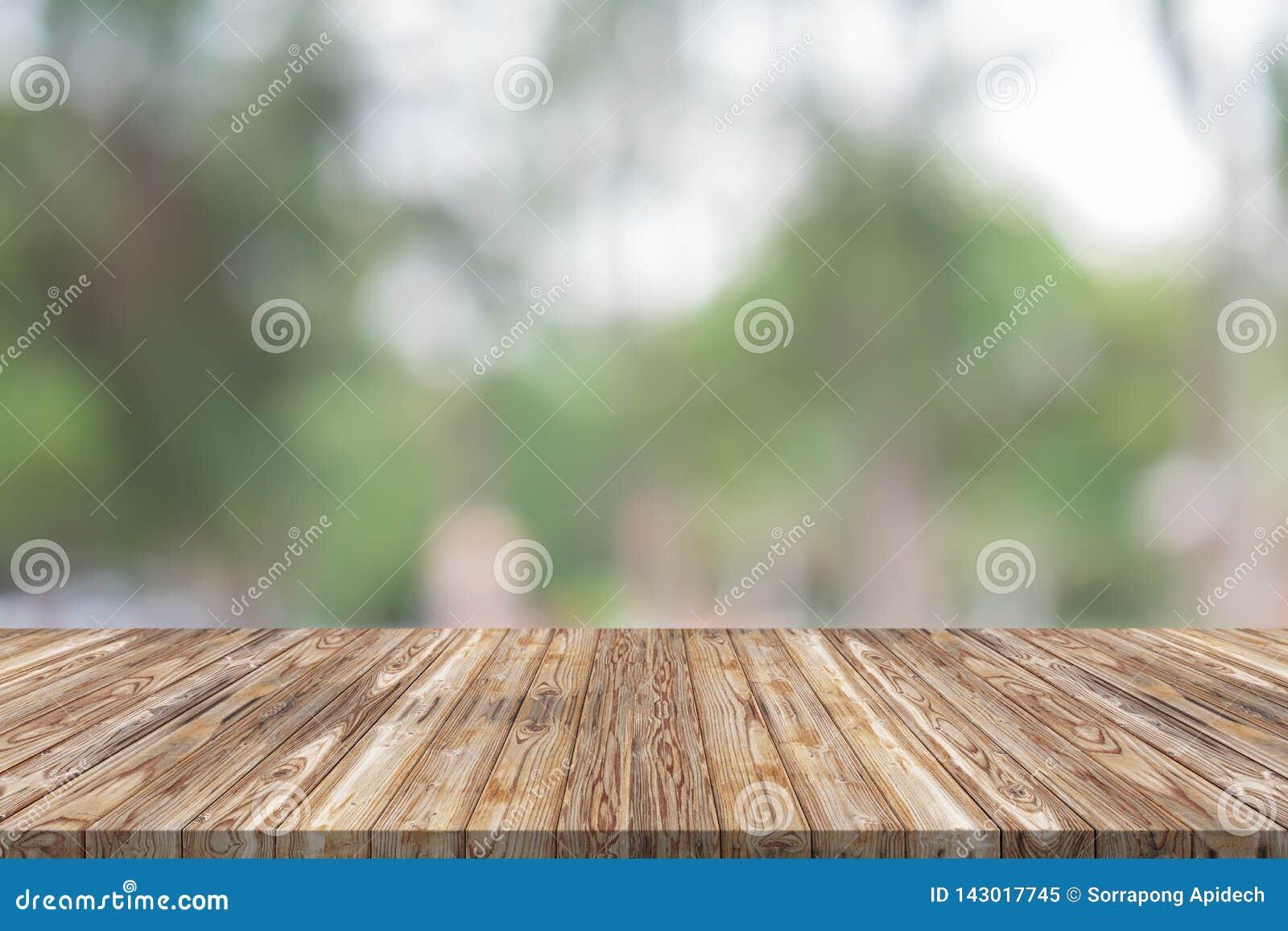 Sobremesa de madera vacía en fondo verde de la falta de definición en el jardín