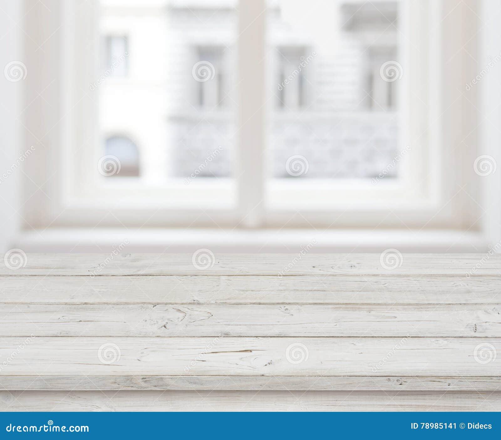 Sobremesa de madera vacía para la exhibición del producto sobre ventana borrosa