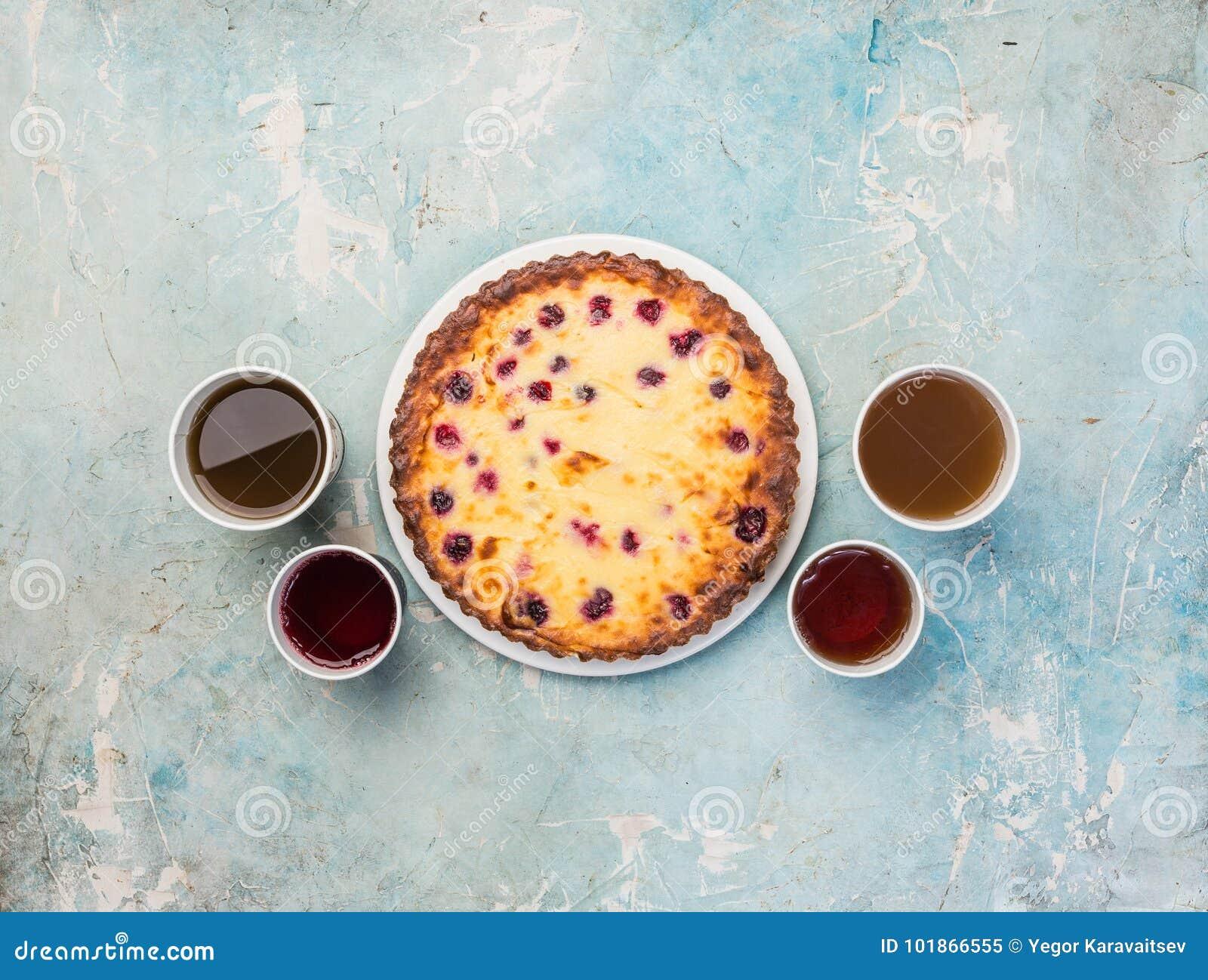Sobremesa deliciosa em uma placa com quatro tipos do chá Bolo de queijo saboroso doce com bagas frescas Vista superior