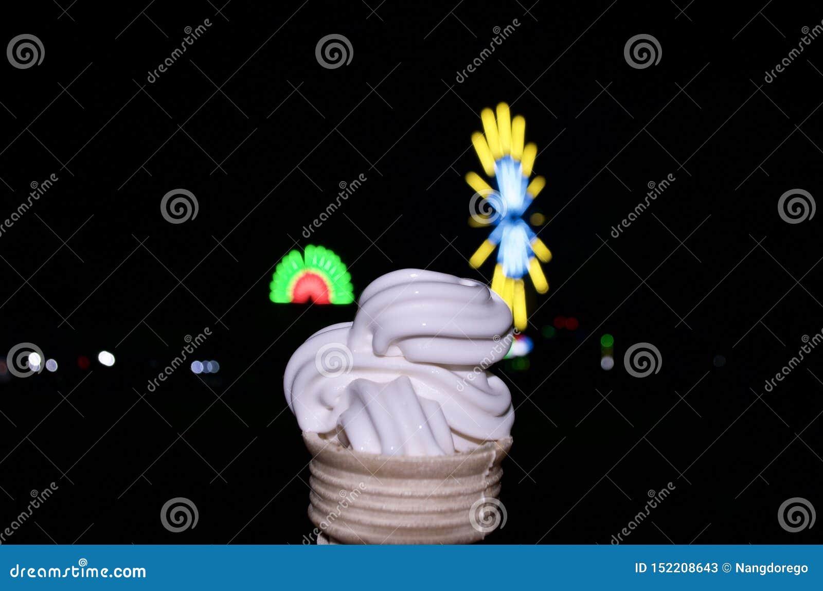 Sobremesa do cone do creme de Vanilla Ice na noite escura