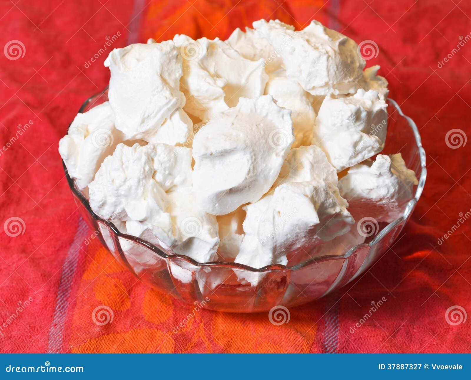 Sobremesa doce da merengue no pano vermelho