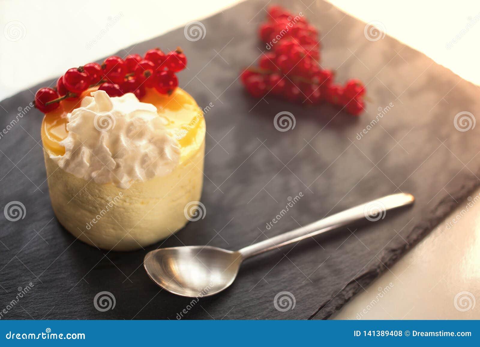 Sobremesa em uma placa de pedra