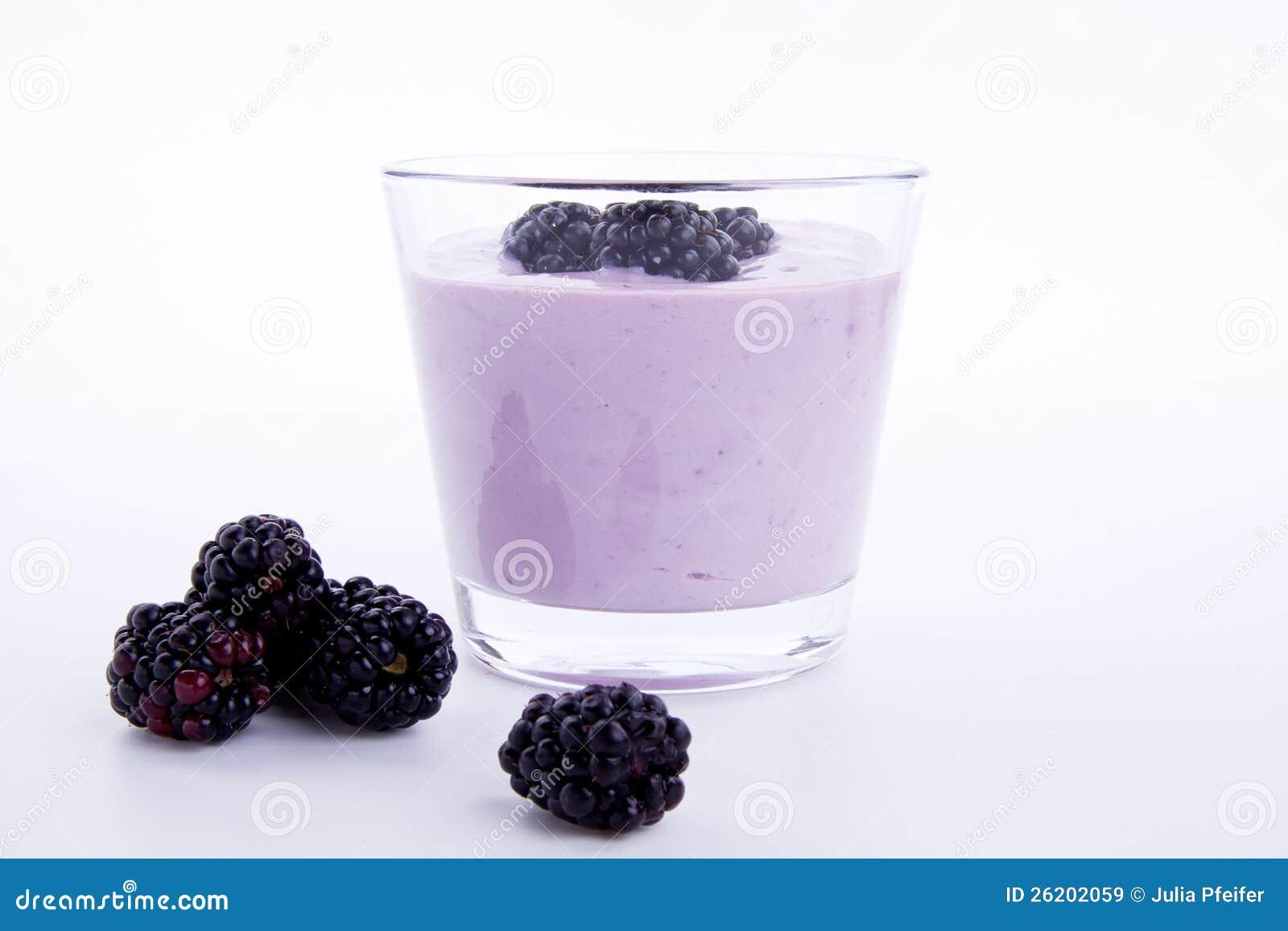 Sobremesa saboroso fresca da agitação do iogurte da amora-preta isolada