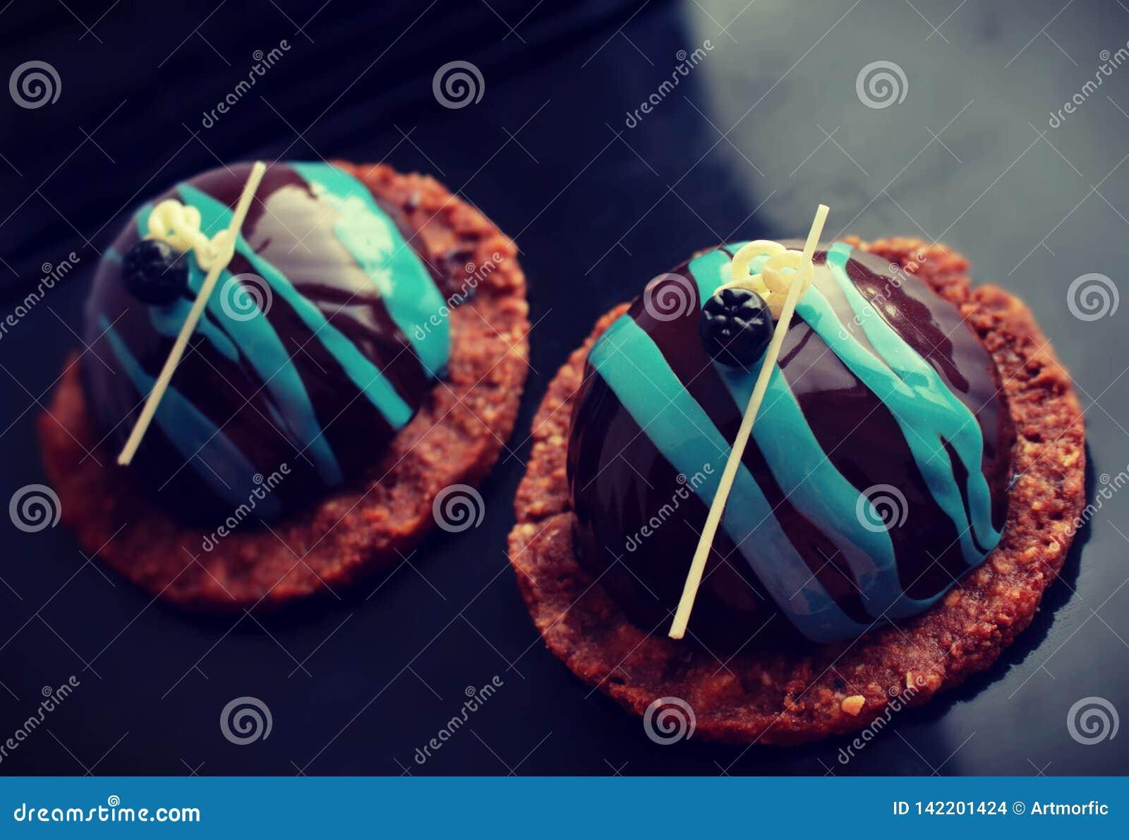 Sobremesas pretas e azuis na base da cookie