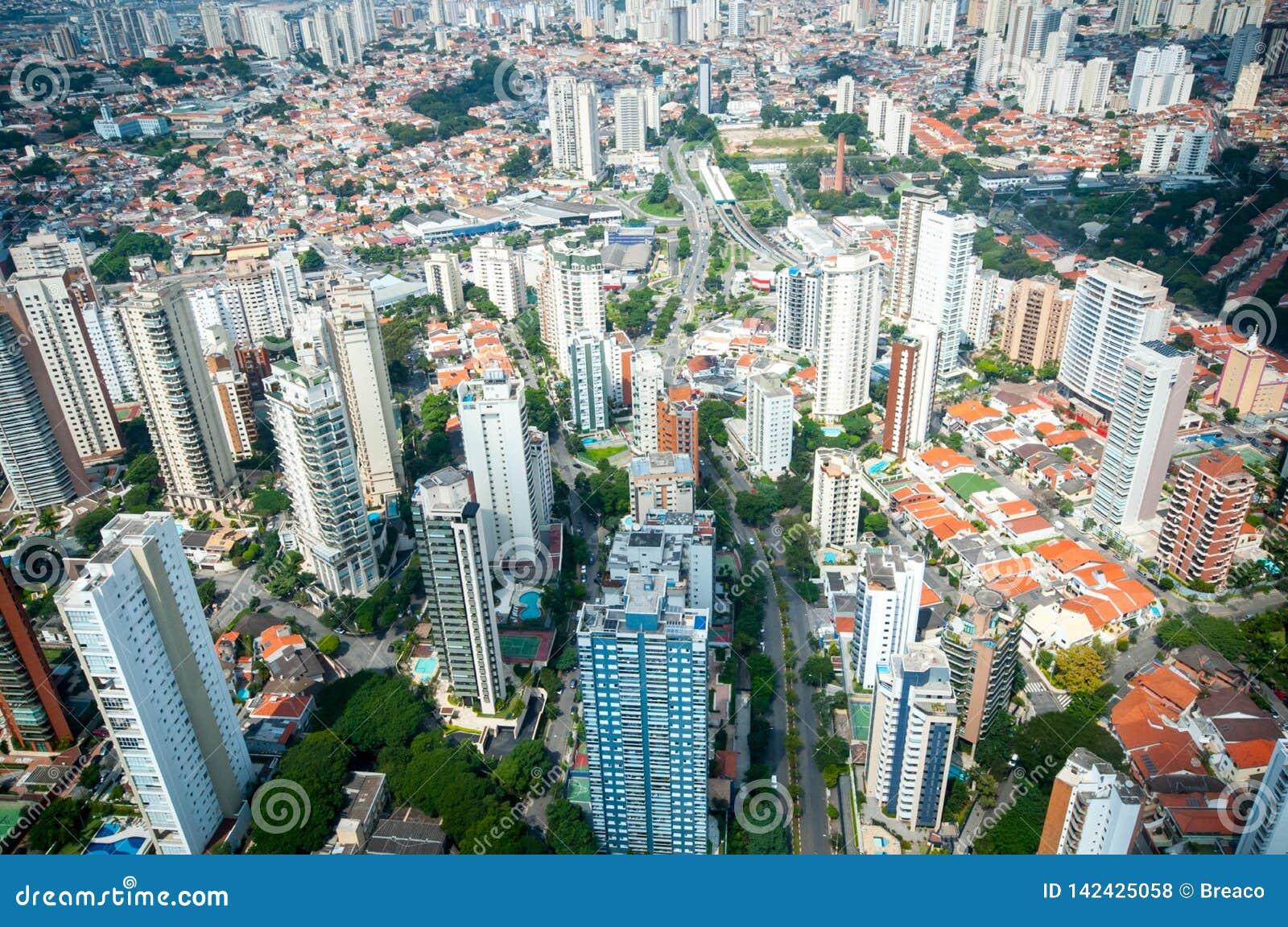 Sobrevuelo en aeropuerto de los congonhas del helicóptero de São Paulo Brazil