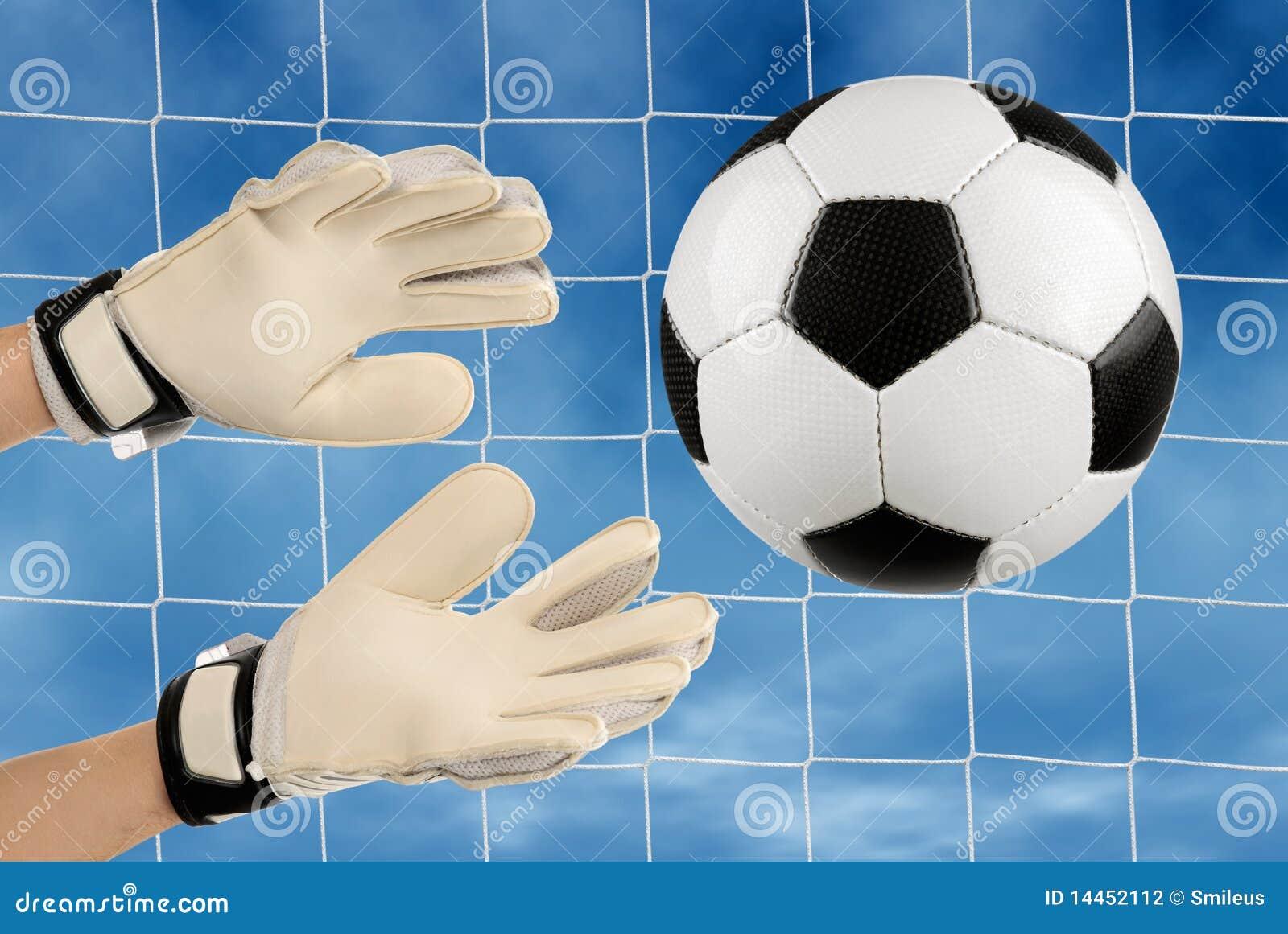 Если вратарь берет мяч в руки от своего