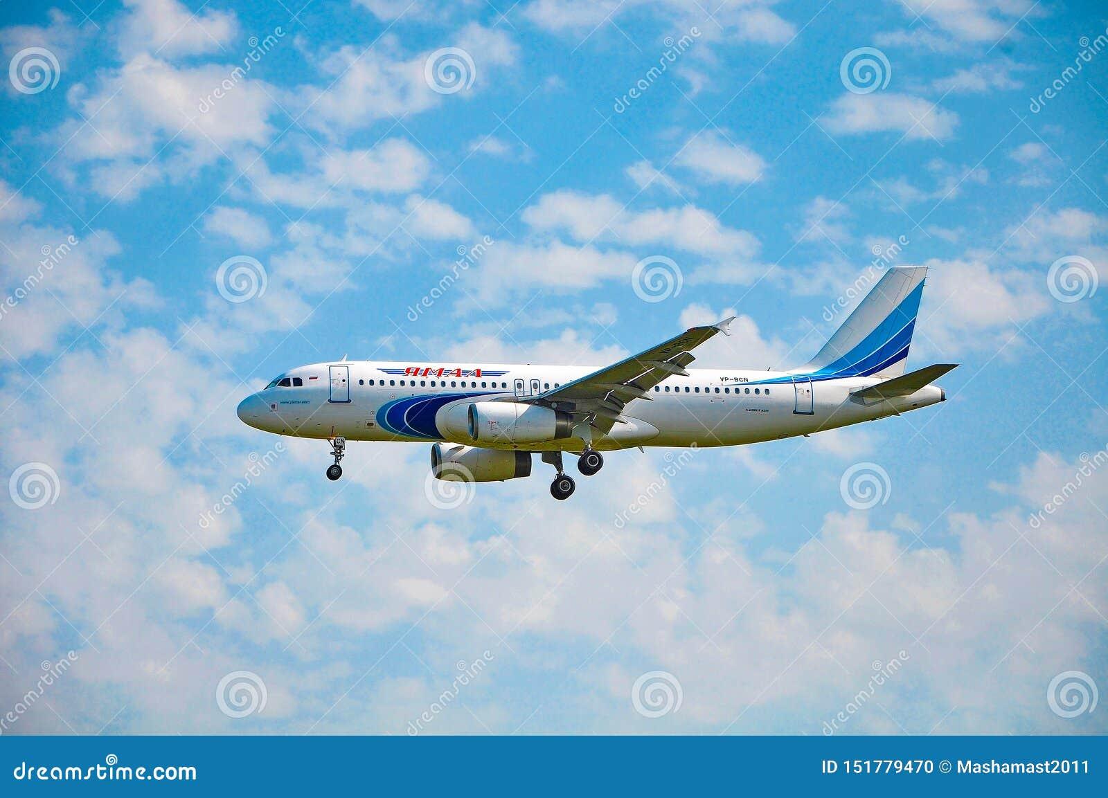 Sochi Adler, Ryssland - Oktober 8, 2018 - flygplanflygbuss A320-232 VP-BCN av Yamal flygbolag