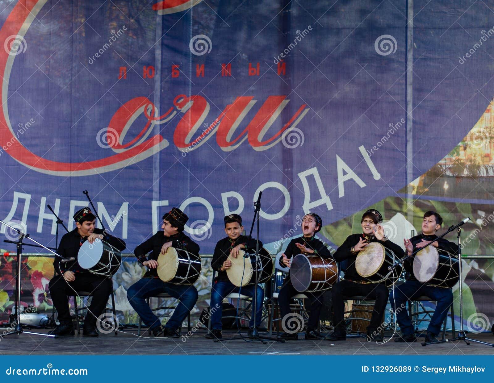 Sochi Rússia - 24 de novembro de 2018: desempenho da equipe criativa no festival dedicado ao dia da cidade de Sochi