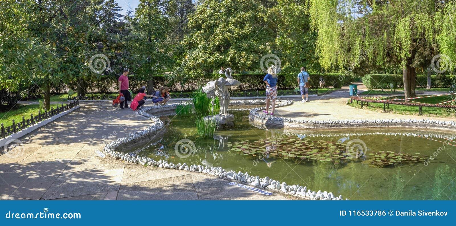 SOCHI ROSJA, KWIECIEŃ, - 27, 2018: Staw w Riviera parku