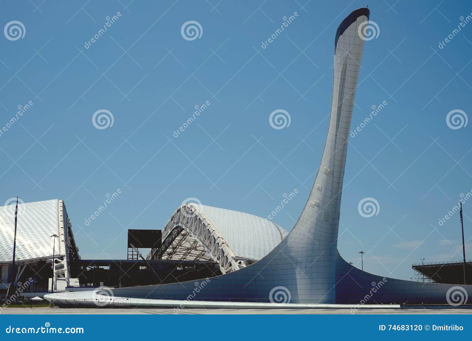 Sochi, Rosja, Lipiec 5, 2016: Filiżanka Olimpijski płomień w Olimpijskim parku &-x22 stadium i; Fisht&-x22; w Olimpijskim parku