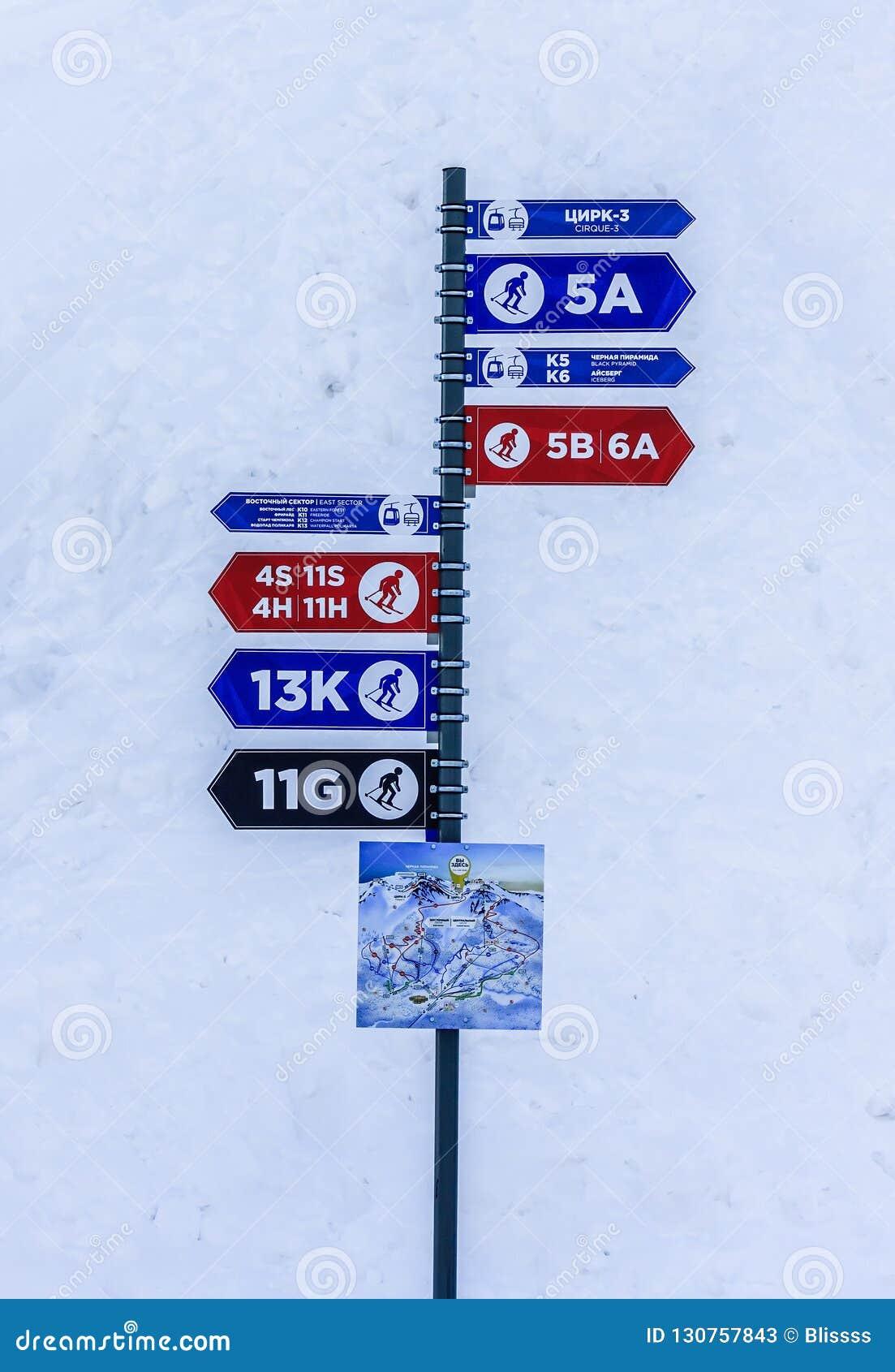 Sochi Rosja, Styczeń, - 7, 2018: Słup z kolorowymi ewidencyjnymi strzałami wskazuje kierunki narciarscy ślada różna złożoność ja