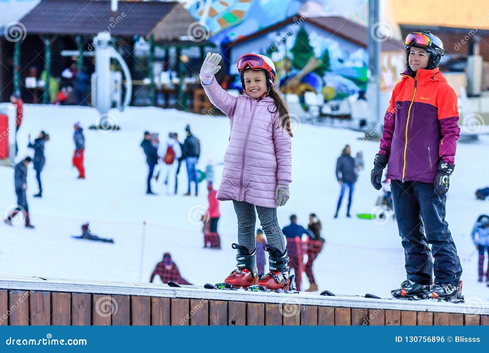 Sochi, Russland - 7. Januar 2018: Weiblicher Skilehrer unterrichtet dem kleinen Mädchen auf schneebedecktem Berghang in Winter Sk