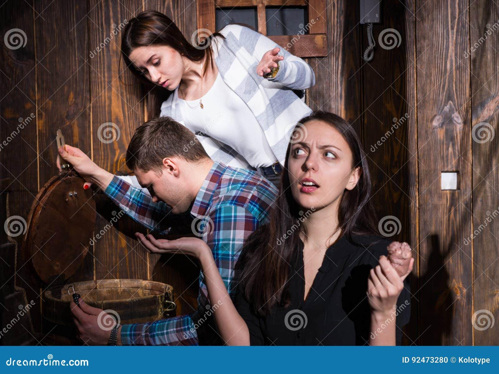 Société des jeunes essayant de résoudre une énigme pour sortir o