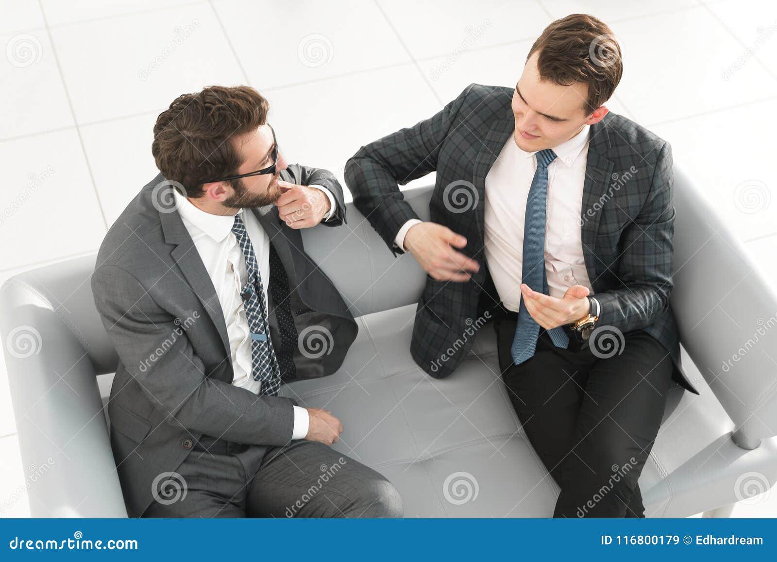 Soci commerciali che discutono un contratto