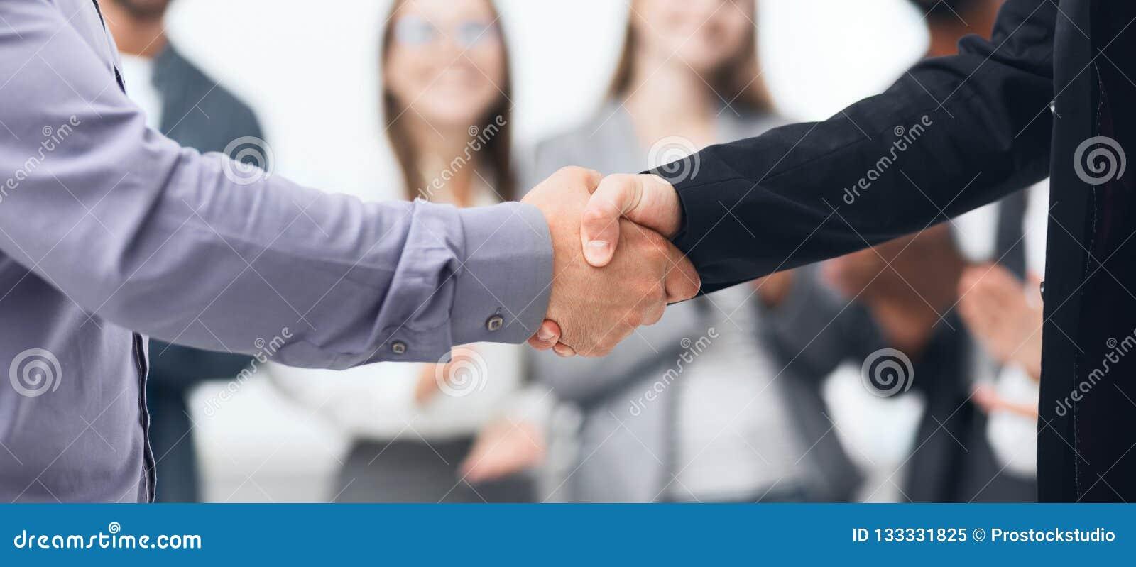 Soci commerciali che stringono le mani dopo il buon affare